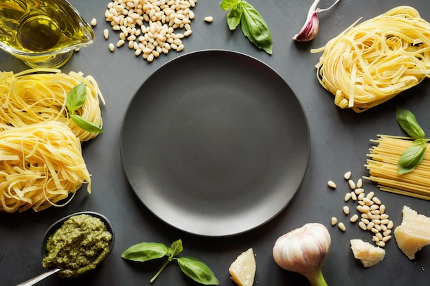 Frontière de pâtes crues, pesto, basilic, parmesan pour la cuisson de plats méditerranéens.