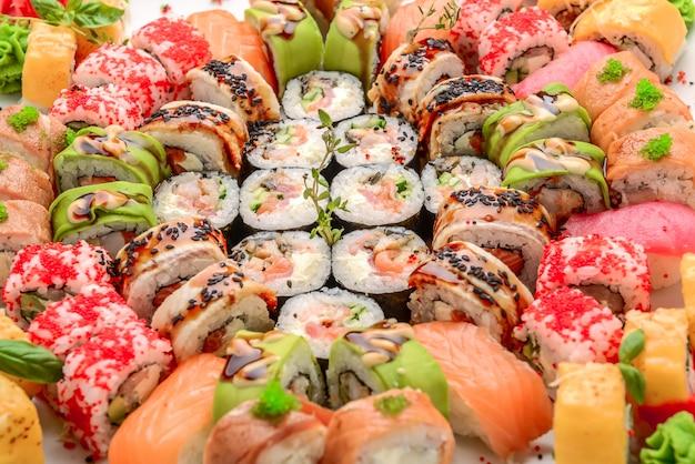 Frontière de sushi et rouleaux différents