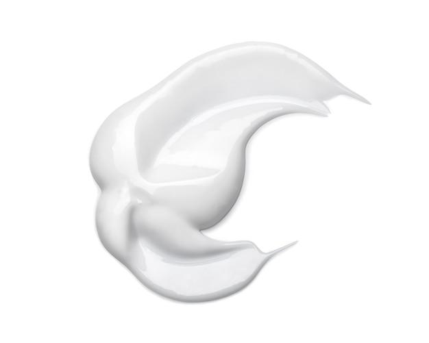Frottis de crème cosmétique blanche isolé sur blanc