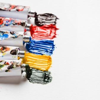 Frottis de peintures brillantes près des tubes