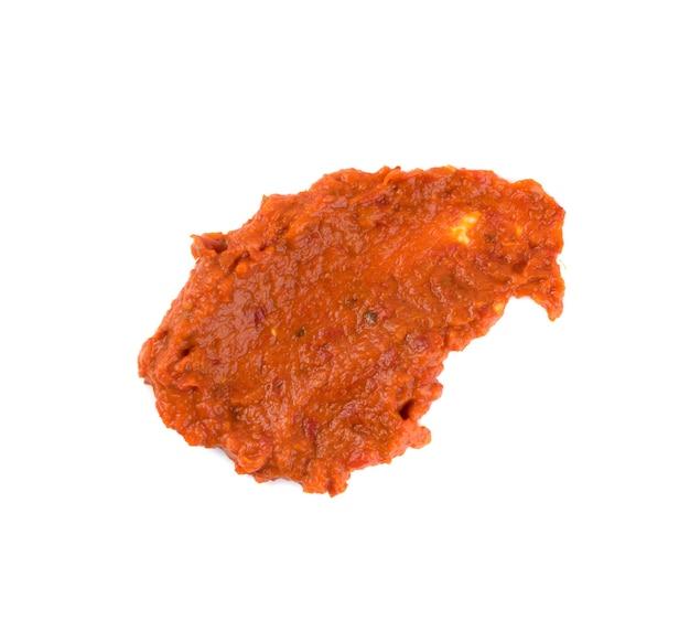 Frottis de tartinade de légumes à l'orange ajvar ou pindjur à base de poivrons, d'aubergines et d'huile. frottis de sauce marinara, salsa, chutney ou lutenica isolés
