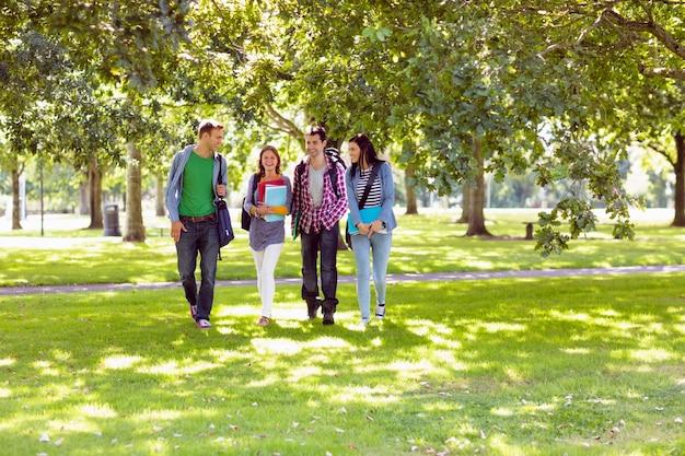 Froupe d'étudiants marchant dans le parc