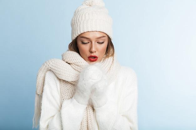 Frozen jeune femme portant chandail et chapeau, échauffement