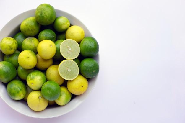 Frsh limes isolé sur fond blanc.
