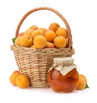 Fruit d'abricot isolé sur une surface blanche