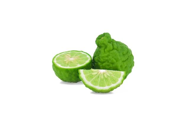 Fruit de bergamote isolé sur une surface blanche
