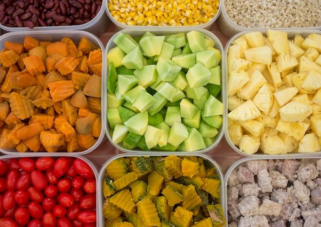 Fruit bouilli mélangé, choix de nourriture pour le bien, vue de dessus.