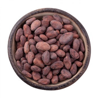 Fruit de cacao dans un bol en bois, fèves de cacao crues isolées sur fond blanc