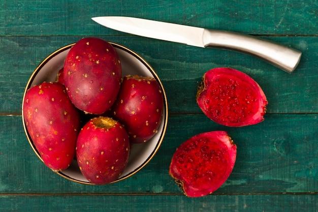 Fruit de cactus vue de dessus avec un couteau