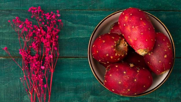 Fruit de cactus vue de dessus avec fond en bois