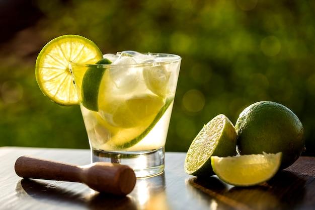 Fruit de citron caipirinha du brésil sur nature floue verte