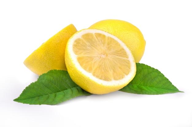 Fruit de citron et deux demi avec feuille verte isolée sur blanc.