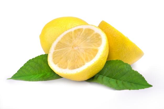 Fruit de citron et deux demi avec feuille verte isolée sur la découpe de surface blanche.