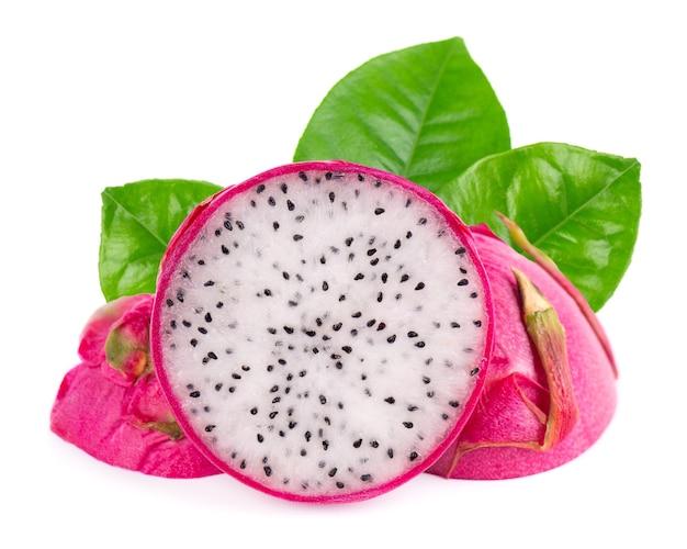Fruit du dragon aux feuilles vertes, isolé sur fond blanc. tranche de fruits frais pitaya ou pitahaya avec chemin de détourage.