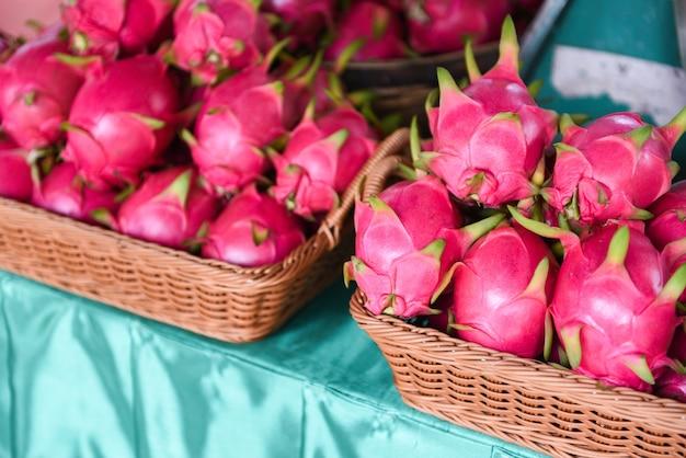 Fruit du dragon dans le panier en vente sur le marché aux fruits