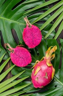 Fruit du dragon sur les feuilles de palmier et de monstre