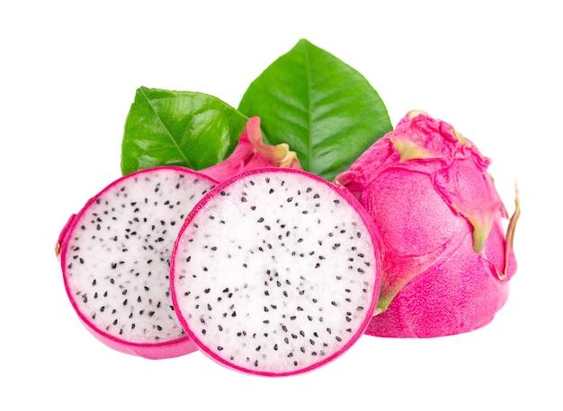 Fruit du dragon avec des feuilles vertes isolées sur fond blanc tranche de fruits frais pitaya ou pitahaya