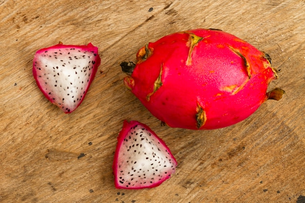 Fruit du dragon gros plan avec fond en bois