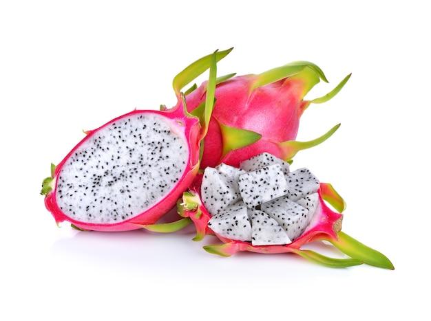 Fruit du dragon isolé sur blanc