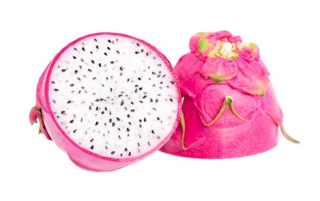 Fruit du dragon isolé sur fond blanc. tranche de fruits frais pitaya ou pitahaya avec chemin de détourage.