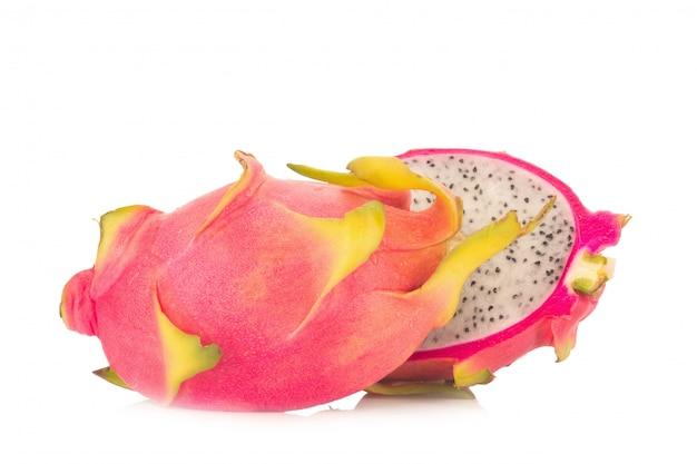Fruit du dragon isolé sur fond blanc