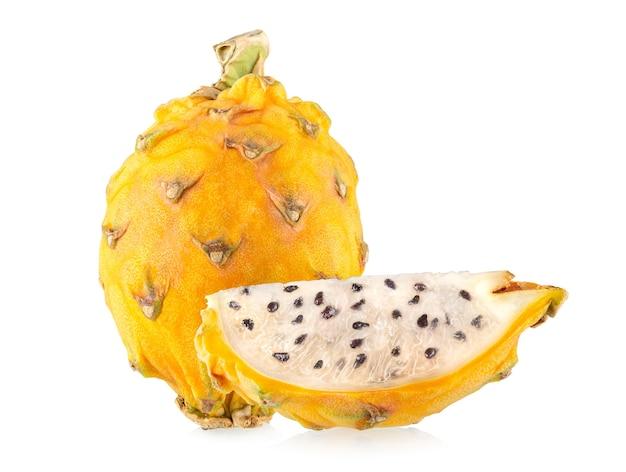 Fruit du dragon jaune (pitaya, pitahaya) isolé sur fond blanc
