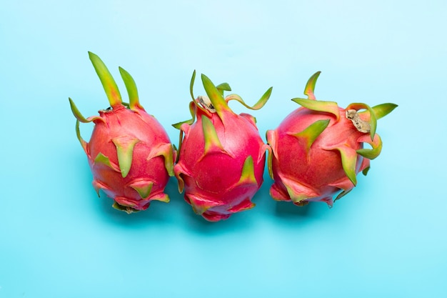 Fruit du dragon ou pitaya sur bleu. délicieux fruits exotiques tropicaux