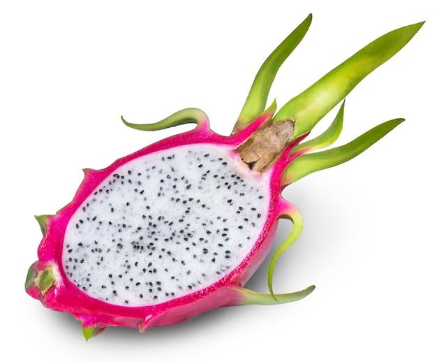 Fruit du dragon ou pitaya avec coupe isolé sur fond blanc.