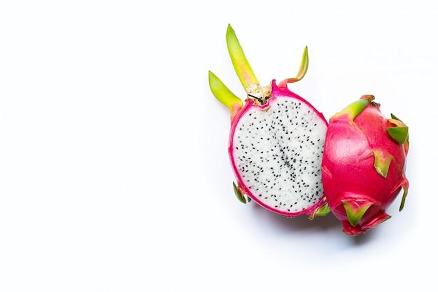 Fruit du dragon ou pitaya isolé sur fond blanc.
