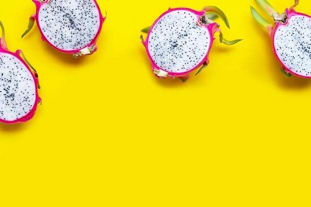 Fruit du dragon ou pitaya sur jaune. vue de dessus