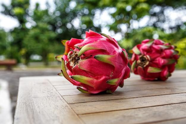 Fruit du dragon rouge sur une table.