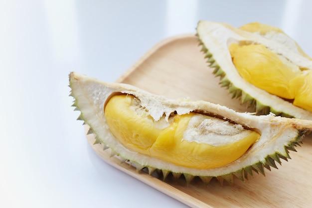 Fruit de durain sur fond blanc. fruit thaïlandais.