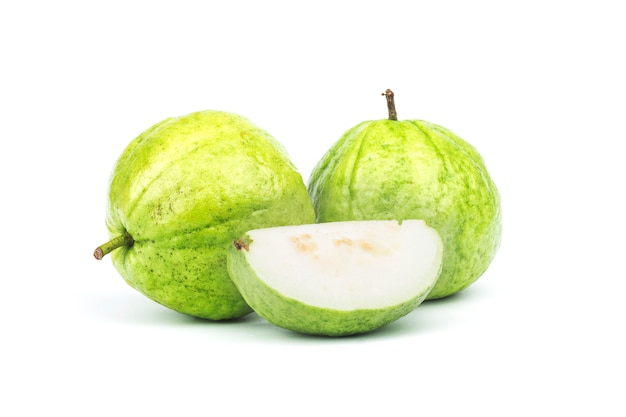 Fruit de goyave isolé sur blanc.