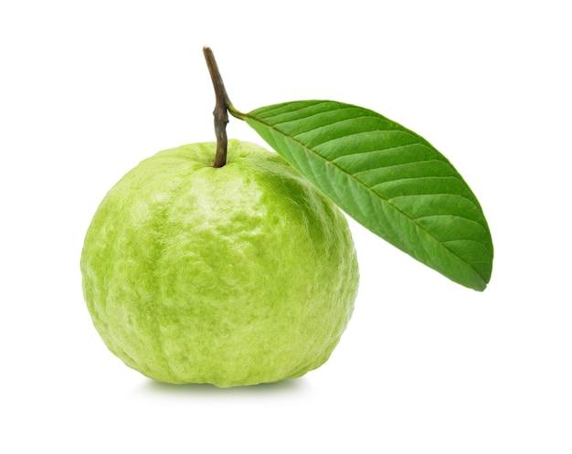 Fruit de goyave isolé sur blanc