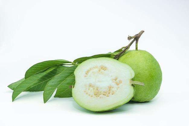 Fruit de goyave isolé sur le fond blanc.