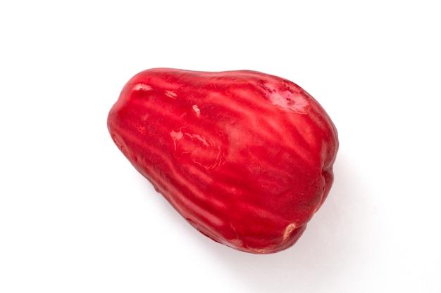 Fruit de goyave rouge sur fond blanc