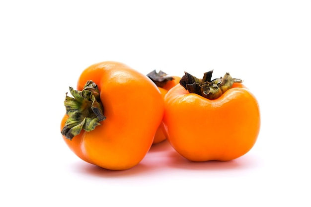 Fruit de kaki frais délicieux isolé sur fond blanc.