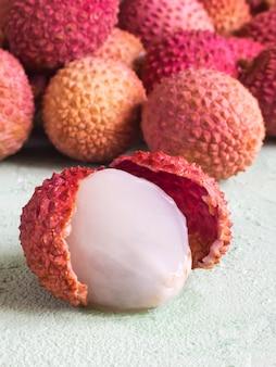 Fruit de litchi pelé. litchis mûrs sur une table verte.