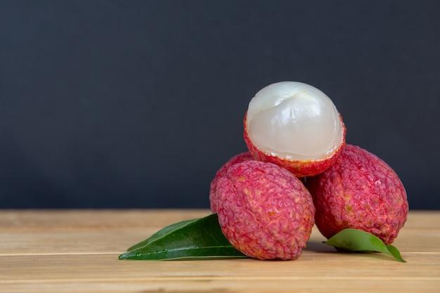 Fruit de litchi rouge placé dans un panier.