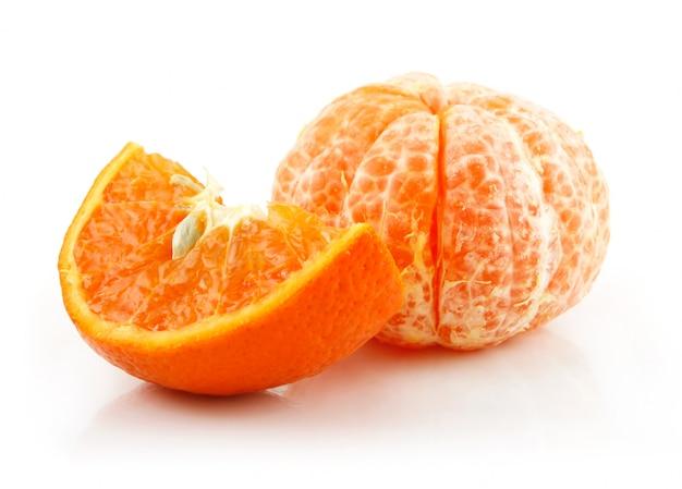 Fruit de mandarine en tranches mûres isolé sur blanc