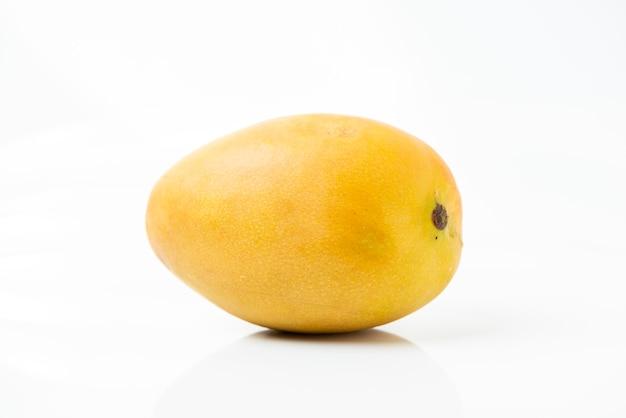 Fruit: mangue avec fond blanc.