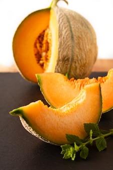 Fruit de melon sur ardoise noire