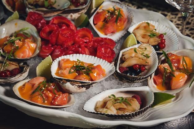 Fruit de mer. fruits de mer. pétoncles crus au citron, coriandre