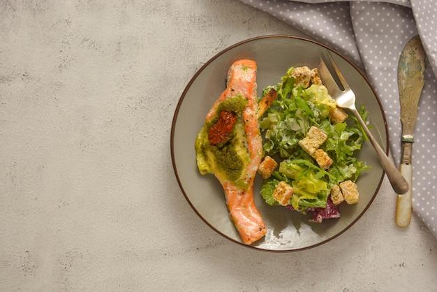 Fruit de mer. saumon au four et salade saine. vue de dessus. la nourriture saine.