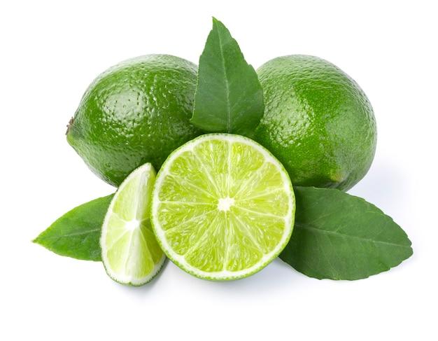 Fruit mûr de citron vert avec une moitié de citron vert sur fond blanc