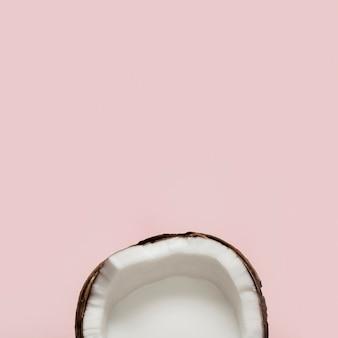 Fruit de noix de coco coupé en deux à plat