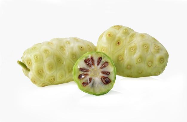 Fruit de noni sur fond blanc
