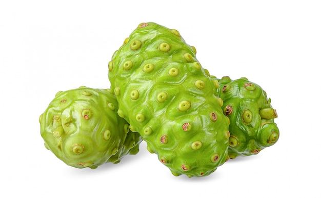 Fruit de noni isolé sur blanc