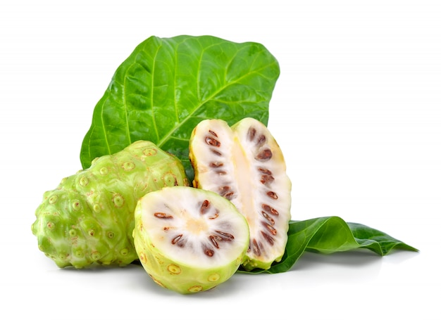Fruit de noni isolé sur fond blanc