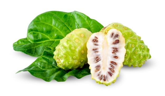Fruit de noni isolé sur un tracé de détourage blanc